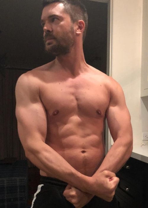 Charlie Weber showing his toned physique in a shirtless picture in July 2018