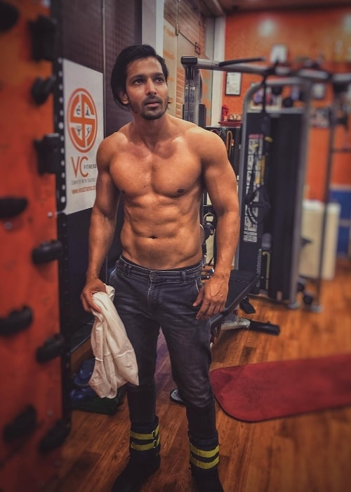Harshvardhan Rane showing his well-toned body in April 2018