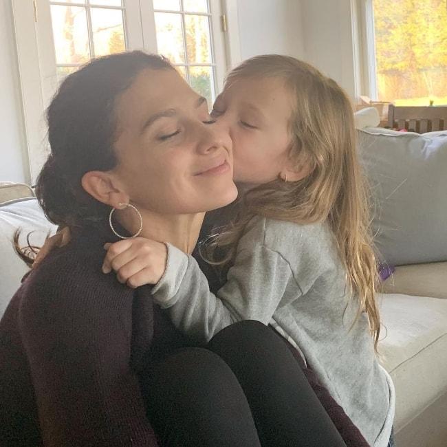 Hilaria Baldwin with her daughter in December 2018