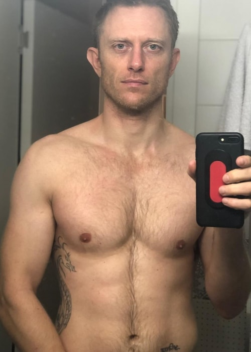 Neil Jackson in a shirtless mirror selfie in November 2018