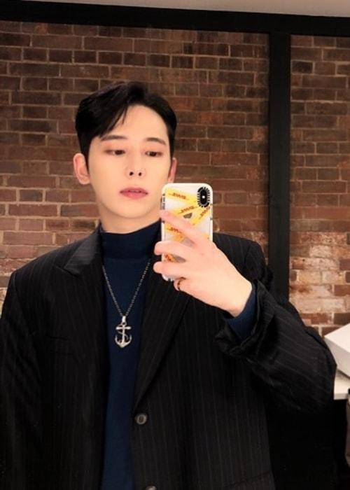Chaejin in a mirror selfie in December 2018