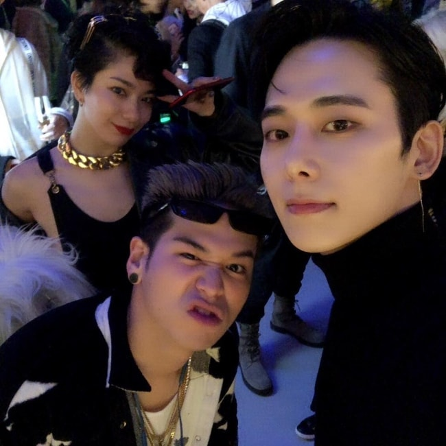 Chaejin taking a selfie with fellow musicians in November 2018