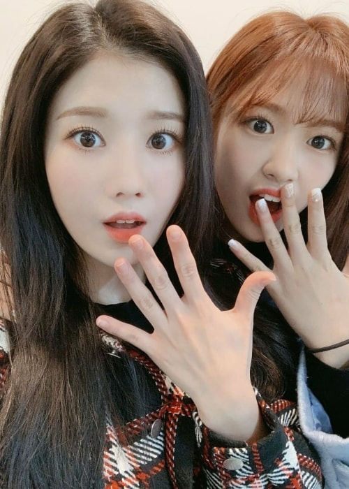Kwon Eun-bi (Left) in a selfie with a fellow artist