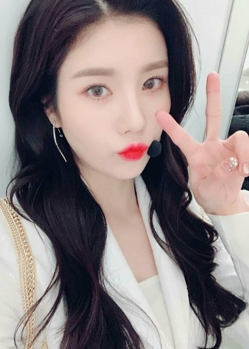 Kwon Eun-bi pouting in a selfie