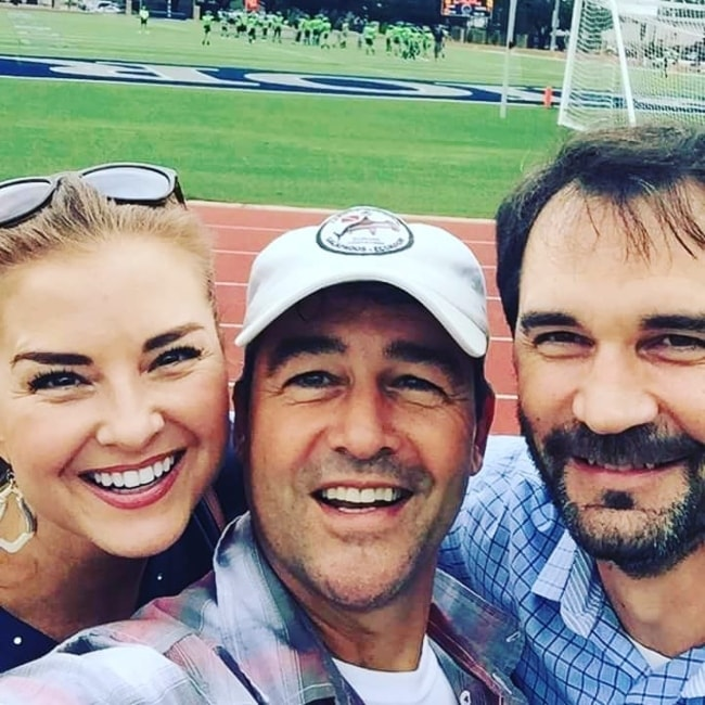 Kyle Chandler taking a selfie