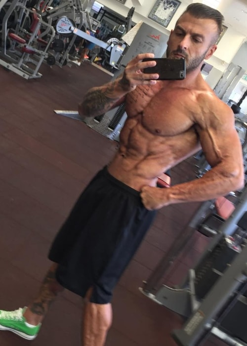 Moodi Dennaoui in a shirtless mirror selfie showing his ripped physique