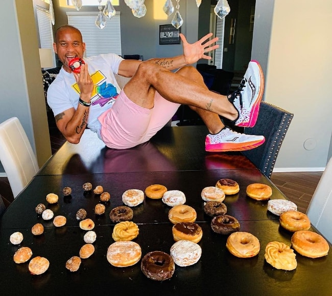 Shaun T celebrating his 800k followers on Instagram in December 2018