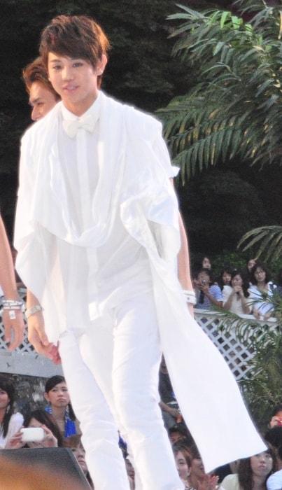 Yang Yo-seob in an all-white attire