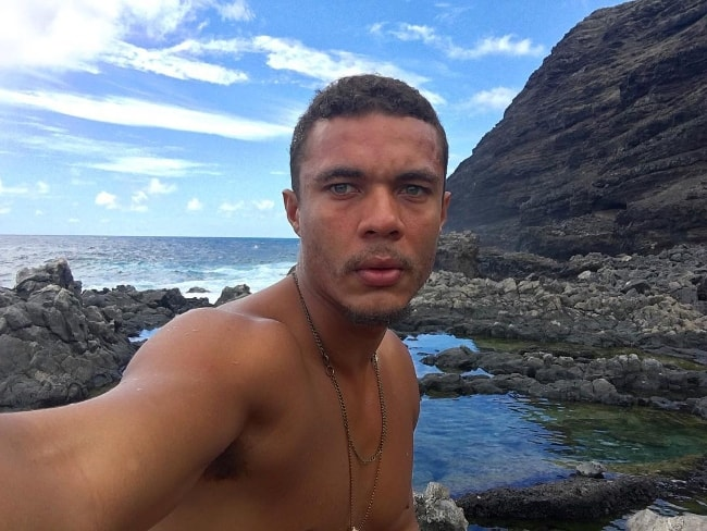 Ismael Cruz Córdova taking a shirtless selfie with a stunning backdrop in Hawaii in September 2016
