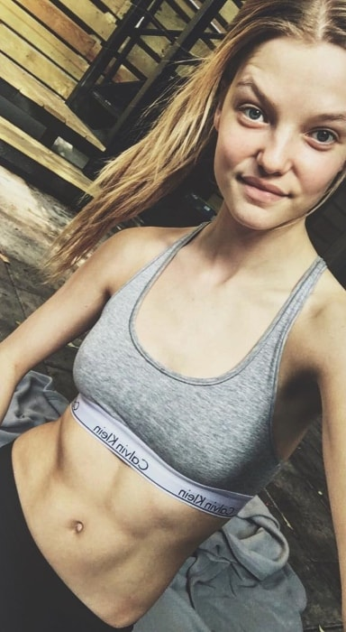 Roos Abels showing her toned physique in a selfie in May 2017 in Williamsburg, Brooklyn