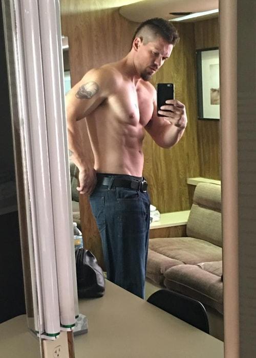 Steve Howey in a shirtless mirror selfie in October 2016