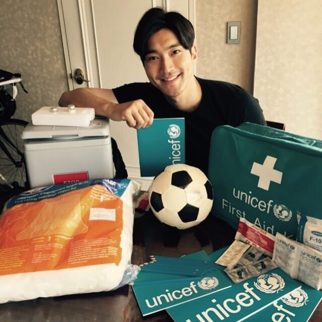 Choi Si-won posing with UNICEF Inspired Gifts in April 2015
