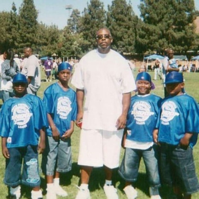 Nate Dogg in a picture with the kids from Snoops league junior football team