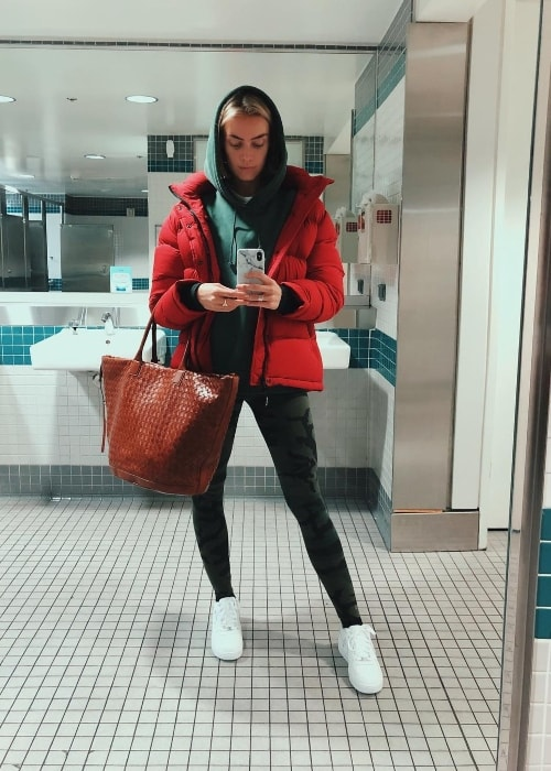 Rachel Skarsten in a mirror selfie at San Francisco International Airport (SFO) in November 2018