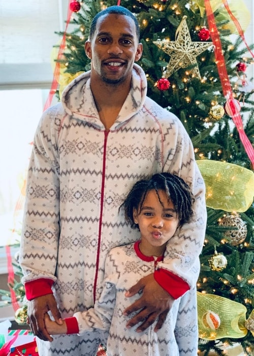 Victor Cruz in a Christmas picture with his little girl in December 2018