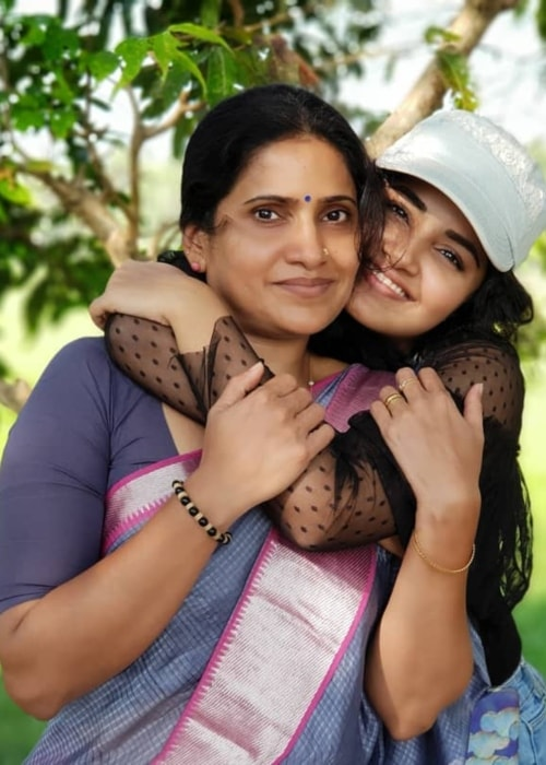 Anupama Parameswaran as seen in a picture with her mother Sunitha in January 2019