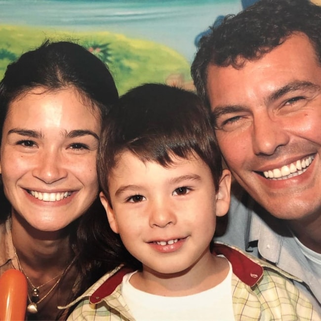 Caroline Ribeiro as seen in a picture with her husband Paulo Rego and son João Felipe