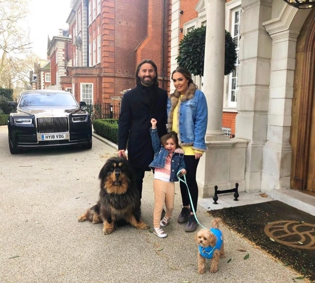 Tamara Ecclestone posing for a picture with her family during Sophia's birthday walk, between lunch and dinner, in March 2019