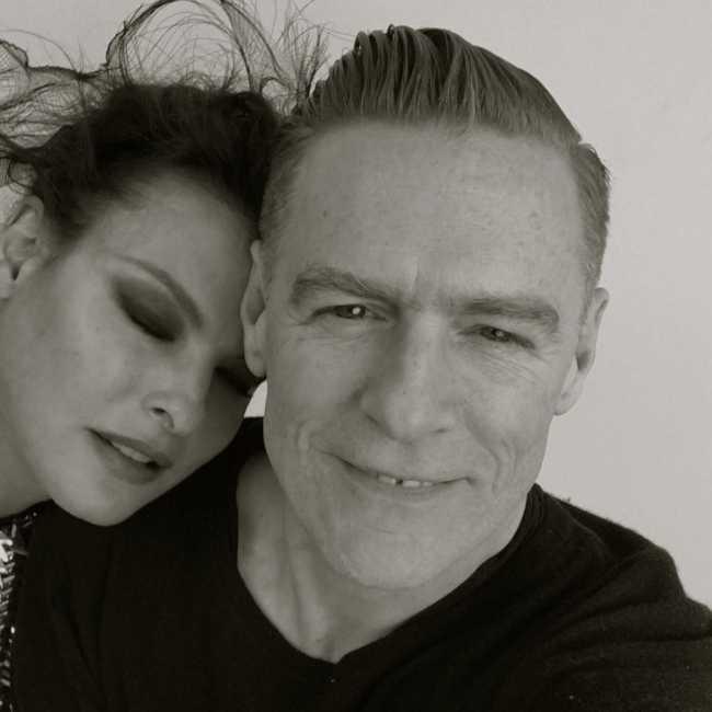 Linda appearing in a selfie with singer Bryan Adams in 2016