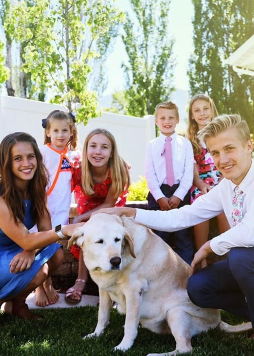 Abby as seen in a picture with her siblings Shari, Eve, Julie, Russell, Chad and their dog in May 2019