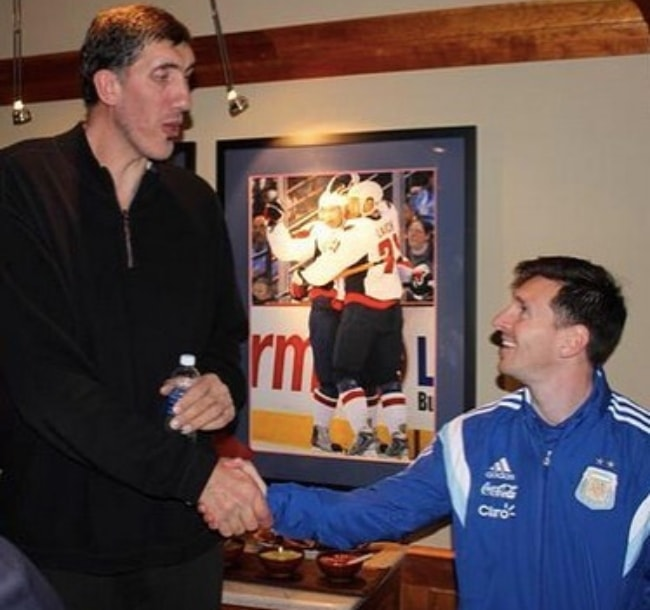 Gheorghe Mureșan as seen while shaking hands with Argentine professional footballer, Lionel Messi