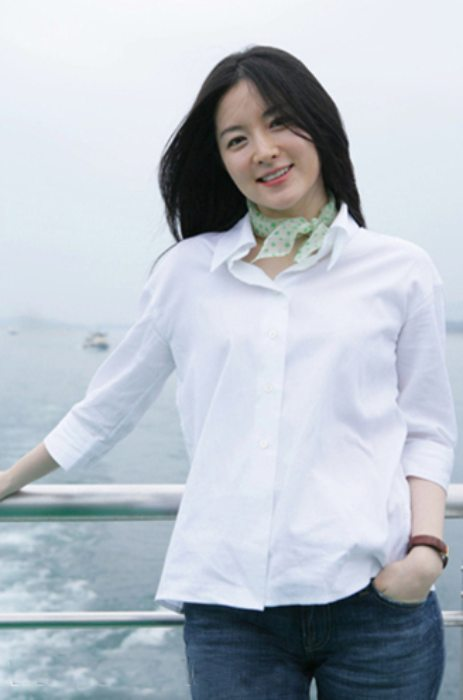 Lee Young-ae on boat ride at the Qiandao Lake in China in March 2006