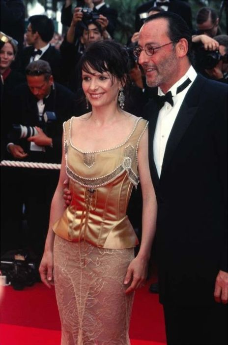 Juliette Binoche and Jean Reno posing on the Cannes red carpet in 2002