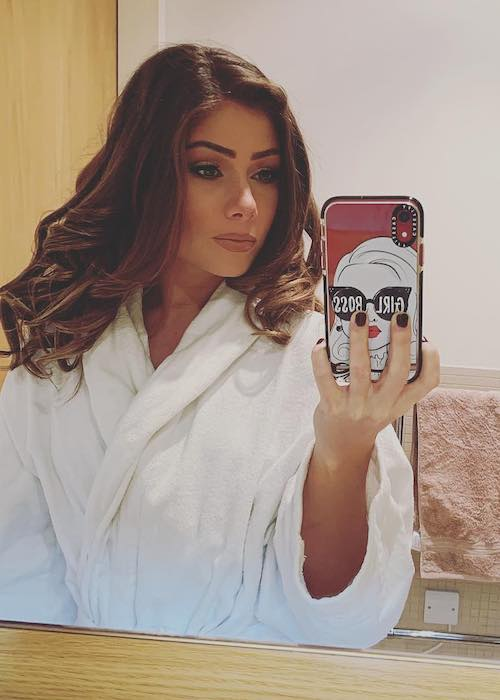 Nikki Sanderson in a bathroom selfie in February 2019