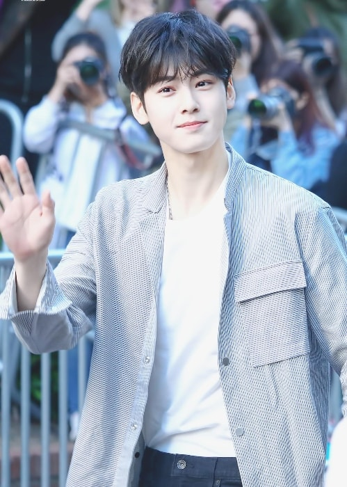 Cha Eun-woo as seen while waving during an event in June 2017