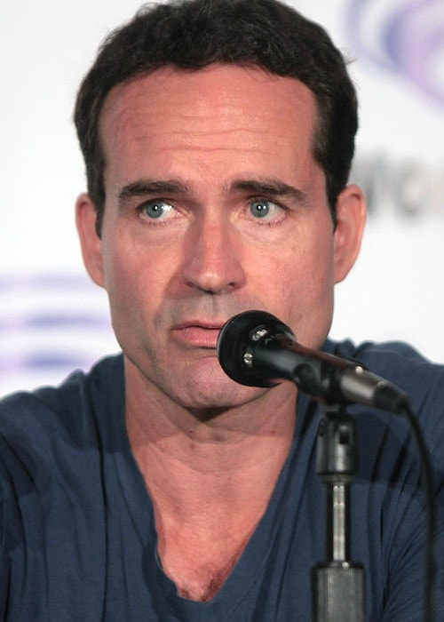 Jason Patric speaking at the 2016 WonderCon