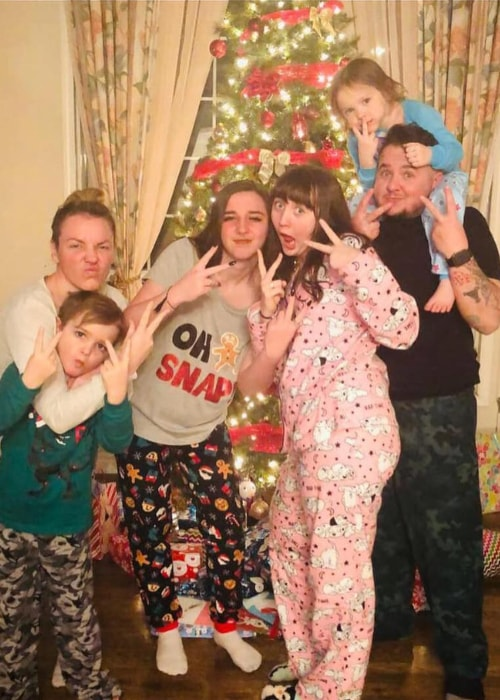 Jayde Vincent as seen in a picture with her step-father Kyle, mother Emily, sisters Jasmine and Jessie, and brother Jace in December 2018