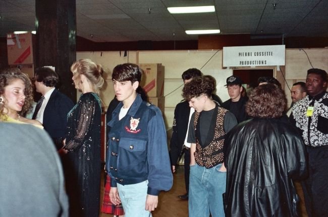 Jonathan Knight backstage at the 1990 Grammy Awards