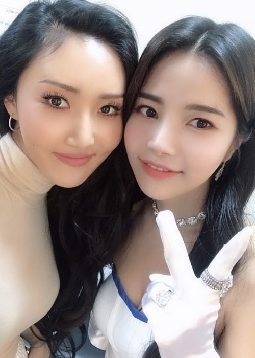 Solar (Right) as seen while posing for a picture alongside her Mamamoo bandmate, Hwasa, in March 2019