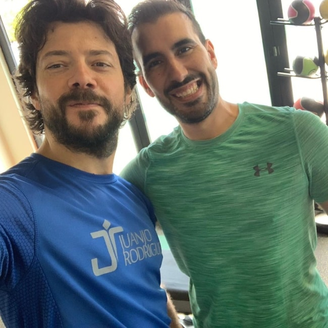 Álvaro Morte as seen while taking a selfie along with his trainer, Juanjo Rodriguez, in May 2019
