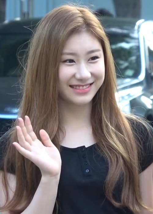 Chaeryeong as seen while waving in a picture taken on her way to a Music Bank recording on August 8, 2019
