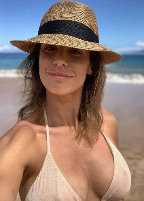 Elisabetta Canalis taking a selfie at a Maui beach in June 2019