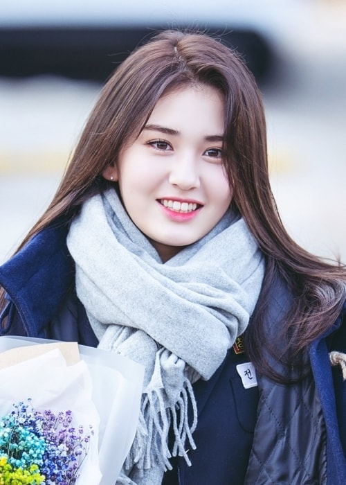 Jeon So-mi as seen while smiling in a picture during the Cheongdam Middle School graduation ceremony in February 2017