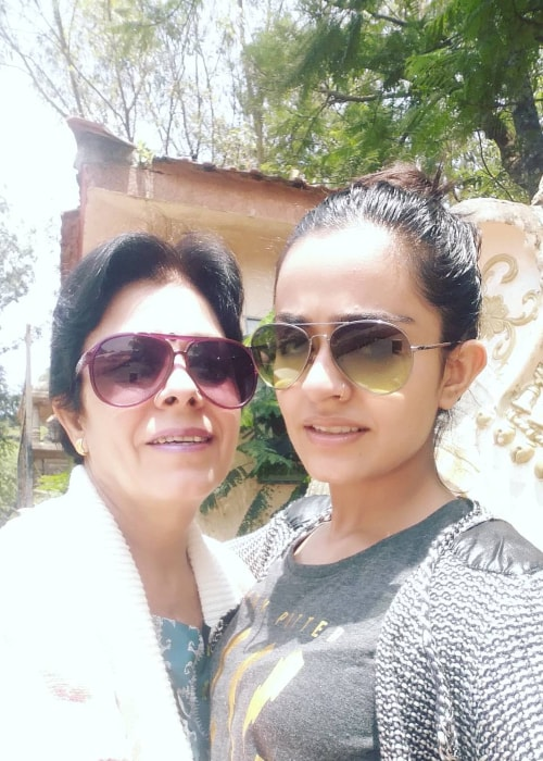Apoorva Arora as seen in a selfie taken with her mother in January 2017