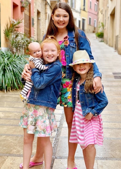 Isla Ingham as seen in a picture taken with her brother Jace to the left, Isabelle in the center, and Esmé to the right in May 2019