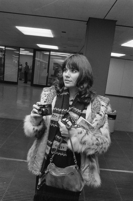 Linda Ronstadt as seen in a black-and-white picture in November 1976