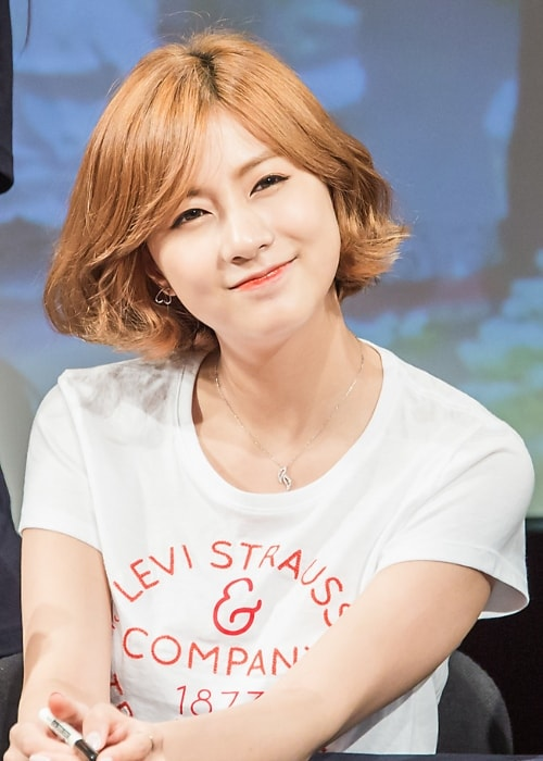 Oh Ha-young as seen while smiling in a picture taken at a fan signing event at Hapjeong station in August 2015