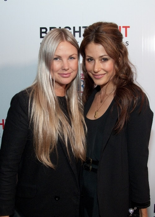 Amanda Crew (Right) as seen while posing for a picture along with model Jessica Olafson in October 2009