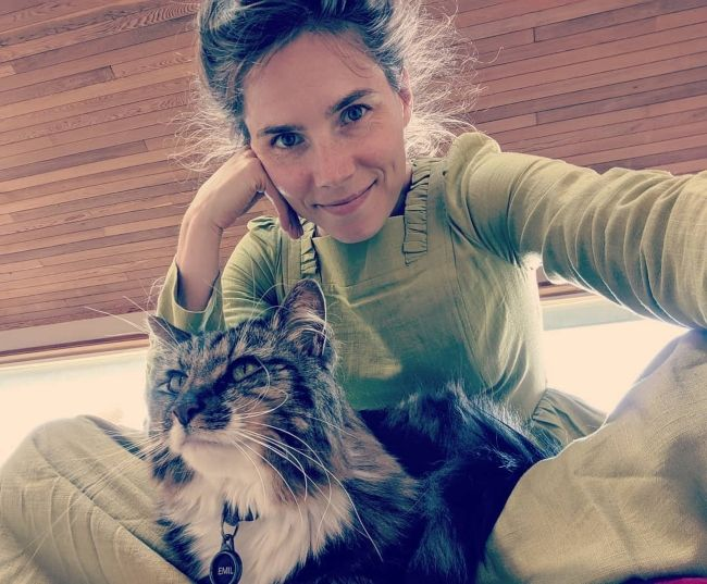 Amanda Knox taking a selfie with her cat in June 2019