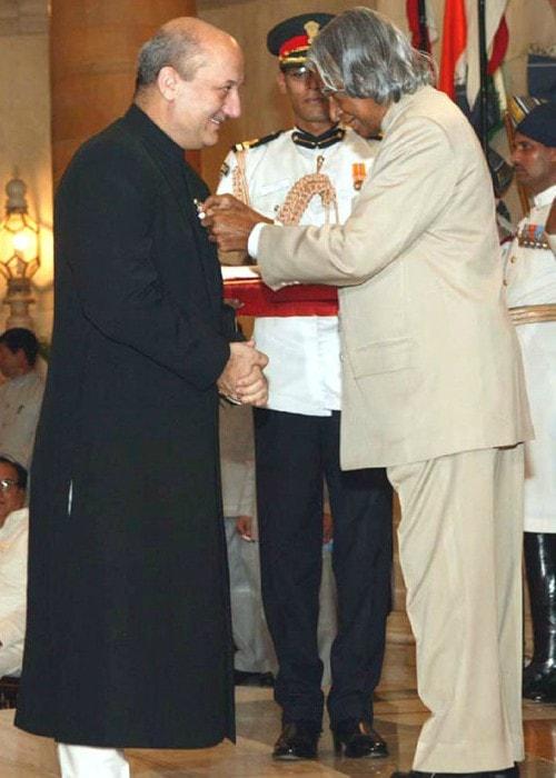 Anupam Kher receiving the Padma Shri Award from Dr. A.P.J Abdul Kalam in June 2004