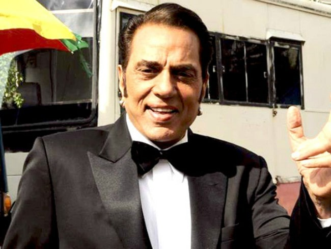 Dharmendra on the sets of India's Got Talent in September 2011
