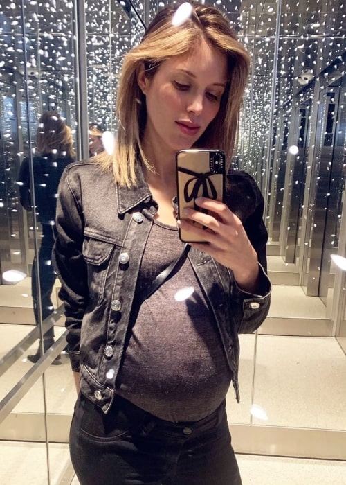 Kayla Ewell showing her baby bump in a selfie taken at West Hollywood, California in May 2019