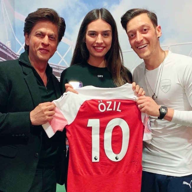 Amine Gülşe as seen while posing for a picture along with Mesut Özil (Right) and the popular Indian actor, film producer, and television personality, Shah Rukh Khan, in 2019