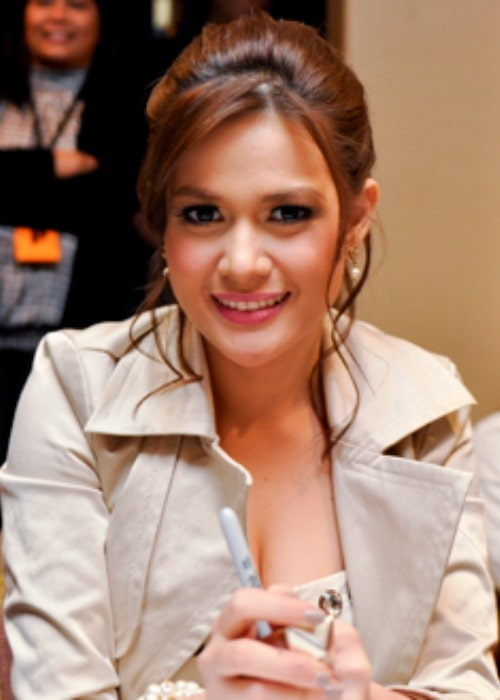 Bea Alonzo as seen while smiling in a picture in 2010