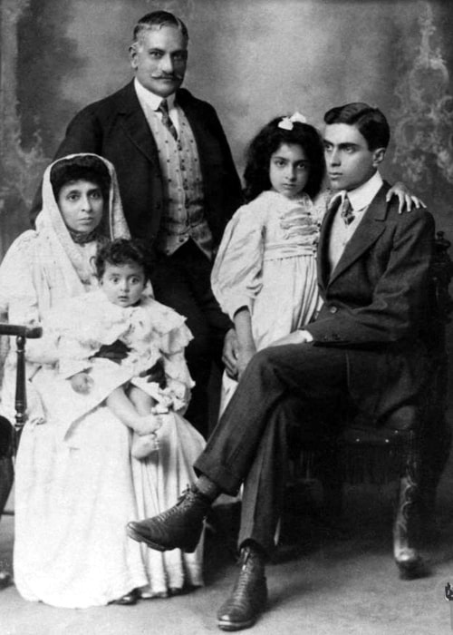Motilal Nehru in England to meet his son who was studying at Cambridge. From left_ Krishna Kumari, Swarup Rani, Motilal Nehru, Sarup Kumari, Jawaharlal Nehru between October 1907 to 1910.
