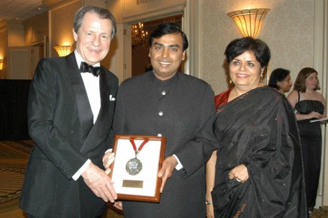 Mukesh Ambani (Center) receiving the Asia Society Leadership Award in May 2004